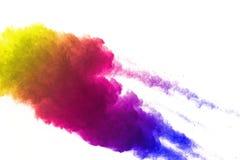 Frieren Sie Bewegung von den farbigen Pulverexplosionen ein, die auf weißem Hintergrund lokalisiert werden stockbild