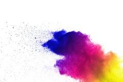 Frieren Sie Bewegung von den farbigen Pulverexplosionen ein, die auf weißem Hintergrund lokalisiert werden lizenzfreie stockfotografie