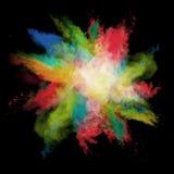Frieren Sie Bewegung von farbigen Staubexplosionen auf Schwarzem ein Stockfotos