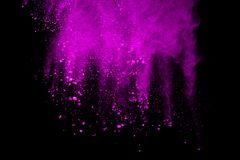 Frieren Sie die Bewegung des purpurroten Pulvers explodierend auf schwarzem Hintergrund ein lizenzfreies stockfoto