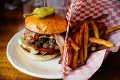 Fries бургера и франчуза Стоковые Изображения