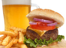 fries франчуза cheeseburger пива стоковая фотография