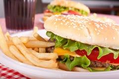 fries 2 cheeseburgers Стоковые Фотографии RF
