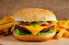 fries франчуза cheeseburger Стоковое Фото