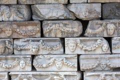 Friese auf der Säulenhalle von Tiberius in den Aphrodisias, Aydin, die Türkei Lizenzfreie Stockfotos