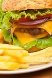 Frieten en Grote Cheeseburger royalty-vrije stock foto's