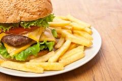 Frieten en grote cheeseburger stock foto