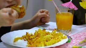 Frieten en lapje vleesaardappel op plaat met persoon stock footage