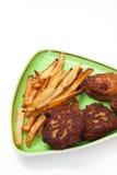 Frieten en vleesballetjes van gehakt op de plaat Royalty-vrije Stock Afbeeldingen