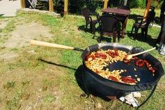 Frieten en worsten in een pan in openlucht Royalty-vrije Stock Foto