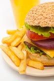 Frieten, grote cheeseburger en limonade royalty-vrije stock afbeelding