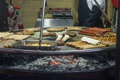Frieten, met het branden van brand op een draagbare barbecue met worst, lavash royalty-vrije stock foto's