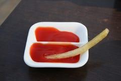 Frieten met ketchup Stock Foto's