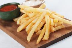 Frieten met ketchup een mayonaise Stock Fotografie