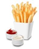 Frieten met Mayo en ketchup worden gediend die stock foto