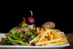Frieten met plantaardige salade. stock foto