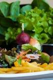 Frieten met plantaardige salade. stock afbeeldingen