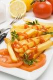 Frieten met tomatenketchup Stock Afbeeldingen