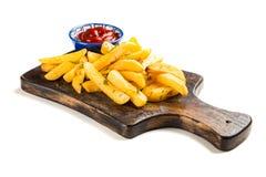 Frieten op houten lijst Royalty-vrije Stock Afbeeldingen