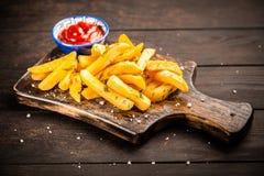 Frieten op houten lijst Royalty-vrije Stock Afbeelding
