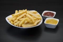 Frieten op houten Lijst met ketchup Royalty-vrije Stock Foto