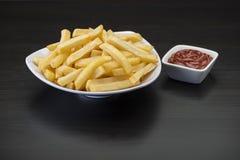Frieten op houten Lijst met ketchup Royalty-vrije Stock Fotografie