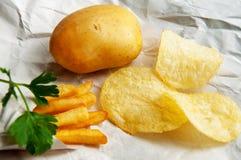 Frietenaardappels, spaanders, gehele aardappels Snel voedsel Stock Foto's