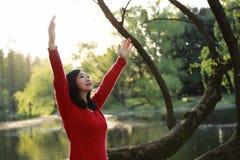 Frigör den lyckliga kvinnan för frihet som känner sig vid liv och, i naturandningrengöring och ny luft arkivbild