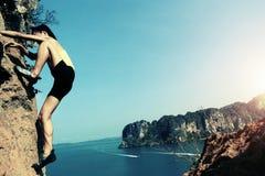 Frigör kvinnan vaggar solo klättrareklättring Arkivfoton