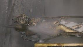 Frigörare av en bronsstaty arkivfilmer