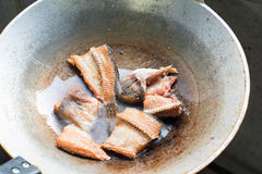 Frigga i fishs in olio caldo nella pentola fotografia stock
