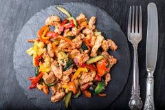 Frigga la carne con le verdure sui piatti di pietra dell'ardesia pranzo Pranzo squisito Vista superiore immagini stock libere da diritti