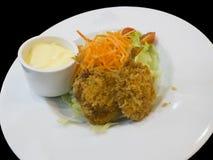 Frigga nel grasso bollente il pasto dell'insalata del gamberetto Fotografia Stock