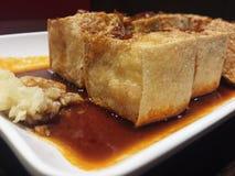 Frigga nel grasso bollente il tofu fotografia stock