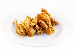Frigga nel grasso bollente le ali di pollo fotografia stock libera da diritti
