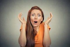 Frightened entsetzte die erschrockene Frau, die Kamera betrachtet Stockbilder