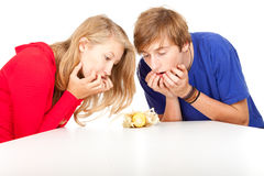 Frightened teenage couple with maize Stock Photography