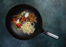 Frigideira chinesa asiático - a bandeja oriental tradicional com ingredientes crus em um vintage coloriu o fundo Vista superior Fotos de Stock Royalty Free