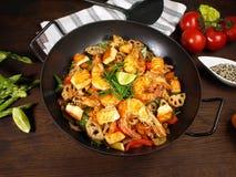 Frigideira chinesa com camarão, salmões e macarronetes foto de stock royalty free