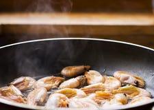 Frigideira com alimento de mar fotos de stock royalty free