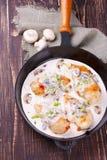 Frigideira com peito, cogumelos e verdes de frango frito Fotos de Stock Royalty Free