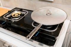 A frigideira de prata do metal coberta com o óleo chapinha a tela fotografia de stock