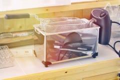 Frigideira elétrica na mesa de cozinha na cozinha fotografia de stock royalty free