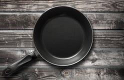 Frigideira preta vazia na tabela de madeira escura Fotografia de Stock