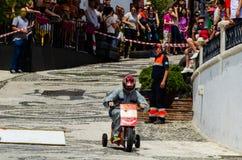 FRIGILIANA, SPANIEN - 13. Mai 2018 ` Automobile Locos ` - traditioneller Spaß, der die Fahrt von Pappautos in kleine spanische St lizenzfreie stockfotos