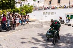 FRIGILIANA, SPANIEN - 13. Mai 2018 ` Automobile Locos ` - traditioneller Spaß, der die Fahrt von Pappautos in kleine spanische St stockfoto