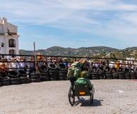 FRIGILIANA, SPANIEN - 13. Mai 2018 ` Automobile Locos ` - traditioneller Spaß, der die Fahrt von Pappautos in kleine spanische St stockfotografie