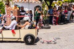 FRIGILIANA, SPANIEN - 13. Mai 2018 ` Automobile Locos ` - traditioneller Spaß, der die Fahrt von Pappautos in kleine spanische St stockbild