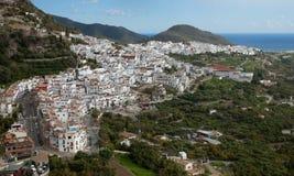 Frigiliana vit by och kust av Nerjaen, Spanien royaltyfri bild