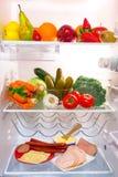 Frigorifero in pieno di alimento sano Immagine Stock